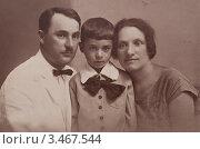 Купить «Семья, молодая пара с ребёнком. Старинная фотография, 1924 год», фото № 3467544, снято 25 декабря 2009 г. (c) Истомина Елена / Фотобанк Лори
