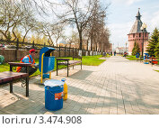 Купить «Рабочий гастарбайтер маляр красит урны для мусора на фоне Тульского Кремля», эксклюзивное фото № 3474908, снято 25 апреля 2012 г. (c) Игорь Низов / Фотобанк Лори