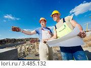 Купить «Два инженера-строителя с чертежами обсуждают ход строительства», фото № 3485132, снято 26 апреля 2012 г. (c) Дмитрий Калиновский / Фотобанк Лори