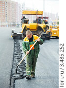 Купить «Рабочий укладывает асфальт на дороге», фото № 3485252, снято 21 апреля 2012 г. (c) Дмитрий Калиновский / Фотобанк Лори