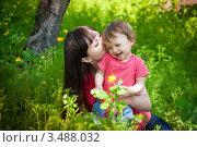 Счастливая молодая мама с ребенком на природе. Стоковое фото, фотограф Артеменко Арина / Фотобанк Лори