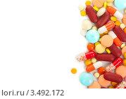 Разноцветные таблетки и капсулы на белом фоне. Стоковое фото, фотограф Степанов Григорий / Фотобанк Лори