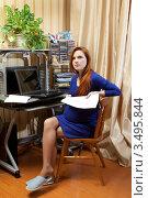 Купить «Беременная женщина дома за компьютерным столом», фото № 3495844, снято 10 марта 2012 г. (c) Михаил Иванов / Фотобанк Лори