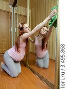 Купить «Беременная женщина занимается домашними делами. Протирает большое зеркало», фото № 3495868, снято 10 марта 2012 г. (c) Михаил Иванов / Фотобанк Лори