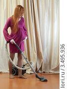 Купить «Беременная женщина дома занимается уборкой», фото № 3495936, снято 10 марта 2012 г. (c) Михаил Иванов / Фотобанк Лори