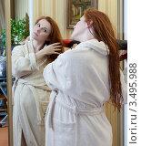 Купить «Беременная женщина в халате, сушит волосы перед большим зеркалом», фото № 3495988, снято 10 марта 2012 г. (c) Михаил Иванов / Фотобанк Лори