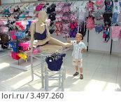 Мальчик и манекен (2009 год). Редакционное фото, фотограф Валерий Борисенко / Фотобанк Лори
