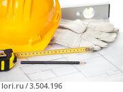 Принадлежности строителя - каска, перчатки, уровень, рулетка. Стоковое фото, фотограф Андрей Попов / Фотобанк Лори
