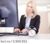 Будильник на рабочем столе офисной работницы, фото № 3504552, снято 17 декабря 2011 г. (c) Андрей Попов / Фотобанк Лори