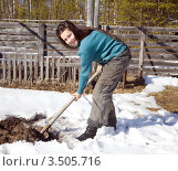 Купить «Девушка с лопатой на огороде весной», фото № 3505716, снято 9 мая 2012 г. (c) Александр Новиков / Фотобанк Лори