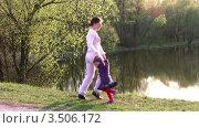 Купить «Мать с дочерью у пруда», видеоролик № 3506172, снято 9 июня 2008 г. (c) Losevsky Pavel / Фотобанк Лори