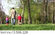 Купить «Отец с детьми в парке», видеоролик № 3506228, снято 2 мая 2008 г. (c) Losevsky Pavel / Фотобанк Лори