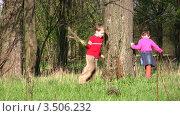 Купить «Дети бегают вокруг дерева», видеоролик № 3506232, снято 2 мая 2008 г. (c) Losevsky Pavel / Фотобанк Лори
