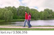 Купить «Пара прогуливается в парке», видеоролик № 3506316, снято 14 сентября 2008 г. (c) Losevsky Pavel / Фотобанк Лори
