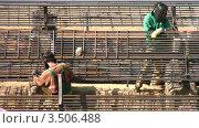 Купить «Два сварщика», видеоролик № 3506488, снято 26 мая 2008 г. (c) Losevsky Pavel / Фотобанк Лори