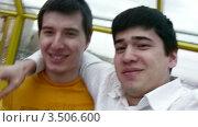 Купить «Друзья снимают себя на видео», видеоролик № 3506600, снято 5 июня 2008 г. (c) Losevsky Pavel / Фотобанк Лори