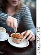 Девушка кушает в кафе. Стоковое фото, фотограф Sasha Snegireva / Фотобанк Лори