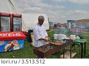 Купить «Повар готовит шалык на мангале», эксклюзивное фото № 3513512, снято 11 мая 2012 г. (c) lana1501 / Фотобанк Лори