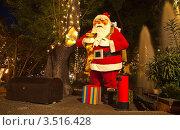 Купить «Парковая скульптура Деда Мороза на фоне тропической растительности. Новогодние каникулы на острове Мадейра.», фото № 3516428, снято 23 декабря 2011 г. (c) Виктория Катьянова / Фотобанк Лори