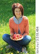 Купить «Красивая девушка с клубникой сидит на поляне», фото № 3518484, снято 16 мая 2012 г. (c) Надежда Глазова / Фотобанк Лори