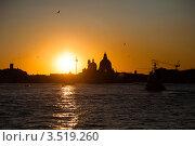 Закат в Венеции. Силуэты зданий над водой (2011 год). Стоковое фото, фотограф Юлия Гладышева / Фотобанк Лори