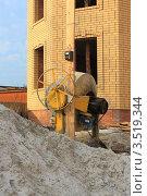 Купить «Песок и бетономешалка у стен нового кирпичного дома», эксклюзивное фото № 3519344, снято 12 апреля 2012 г. (c) Анатолий Матвейчук / Фотобанк Лори