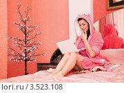 Милая девушка с ноутбуком в спальне. Стоковое фото, фотограф Артеменко Арина / Фотобанк Лори