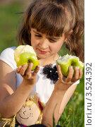 Купить «Хорошенькая девочка смотрит на яблоки», фото № 3524392, снято 17 мая 2012 г. (c) Ольга Денисова / Фотобанк Лори