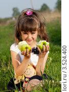 Купить «Хорошенькая девочка с зелеными яблоками», фото № 3524400, снято 17 мая 2012 г. (c) Ольга Денисова / Фотобанк Лори