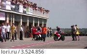Купить «Зрители на мотогонке», видеоролик № 3524856, снято 29 июня 2008 г. (c) Losevsky Pavel / Фотобанк Лори