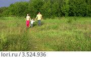 Купить «Родители с сыном гуляют в летнем парке», видеоролик № 3524936, снято 2 июля 2008 г. (c) Losevsky Pavel / Фотобанк Лори