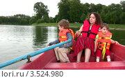 Купить «Женщина с детьми в лодке», видеоролик № 3524980, снято 11 июля 2008 г. (c) Losevsky Pavel / Фотобанк Лори