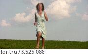 Купить «Бегущая по лужайке девушка», видеоролик № 3525088, снято 28 июля 2008 г. (c) Losevsky Pavel / Фотобанк Лори