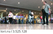 Купить «Люди в аэропорту», видеоролик № 3525128, снято 31 августа 2008 г. (c) Losevsky Pavel / Фотобанк Лори