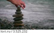 Купить «Рука кладет камешек на пирамиду из гальки на пляже», видеоролик № 3525232, снято 2 сентября 2008 г. (c) Losevsky Pavel / Фотобанк Лори