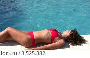 Купить «Женщина в красном купальнике лежит на бортике у бассейна», видеоролик № 3525332, снято 2 сентября 2008 г. (c) Losevsky Pavel / Фотобанк Лори