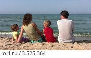 Купить «Семья из четырех человек сидит на песчаном пляже на берегу моря», видеоролик № 3525364, снято 2 сентября 2008 г. (c) Losevsky Pavel / Фотобанк Лори