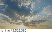 Купить «Облака с пронизывающими их солнечными лучами. Таймлапс», видеоролик № 3525380, снято 12 августа 2009 г. (c) Losevsky Pavel / Фотобанк Лори