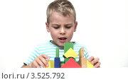 Купить «Мальчик играет с деревянными кубиками», видеоролик № 3525792, снято 12 октября 2009 г. (c) Losevsky Pavel / Фотобанк Лори