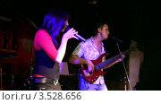 Купить «Музыкальная группа выступает в клубе», видеоролик № 3528656, снято 24 ноября 2008 г. (c) Losevsky Pavel / Фотобанк Лори