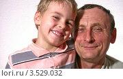 Купить «Дедушка с внуком», видеоролик № 3529032, снято 28 октября 2008 г. (c) Losevsky Pavel / Фотобанк Лори