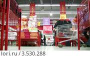 Купить «Семья с маленьким ребенком в супермаркете», видеоролик № 3530288, снято 24 ноября 2008 г. (c) Losevsky Pavel / Фотобанк Лори