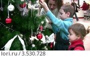 Купить «Мама с детьми рассматривают наряженное новогоднее дерево в гипермаркете», видеоролик № 3530728, снято 25 декабря 2008 г. (c) Losevsky Pavel / Фотобанк Лори