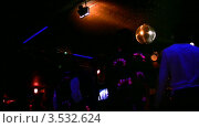 Купить «Танцующие люди в клубе», видеоролик № 3532624, снято 13 декабря 2008 г. (c) Losevsky Pavel / Фотобанк Лори