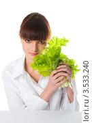 Симпатичная девушка держит листы салата. Стоковое фото, фотограф Юрий Андреев / Фотобанк Лори
