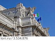 Купить «Флаги и скульптуры на фасаде Центрального ж/д вокзала Милана (Milano Centrale). Италия», фото № 3534876, снято 4 мая 2012 г. (c) GrayFox / Фотобанк Лори