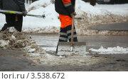 Купить «Уборка снега на улице», видеоролик № 3538672, снято 11 февраля 2009 г. (c) Losevsky Pavel / Фотобанк Лори