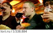 Купить «Друзья пьют пиво в баре», видеоролик № 3538884, снято 14 апреля 2009 г. (c) Losevsky Pavel / Фотобанк Лори