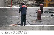 Купить «Рабочий кроет крышу», видеоролик № 3539128, снято 16 апреля 2009 г. (c) Losevsky Pavel / Фотобанк Лори