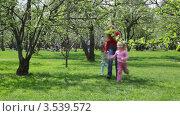 Купить «Мама с двумя дочками бегут по весеннему парку», видеоролик № 3539572, снято 26 мая 2009 г. (c) Losevsky Pavel / Фотобанк Лори